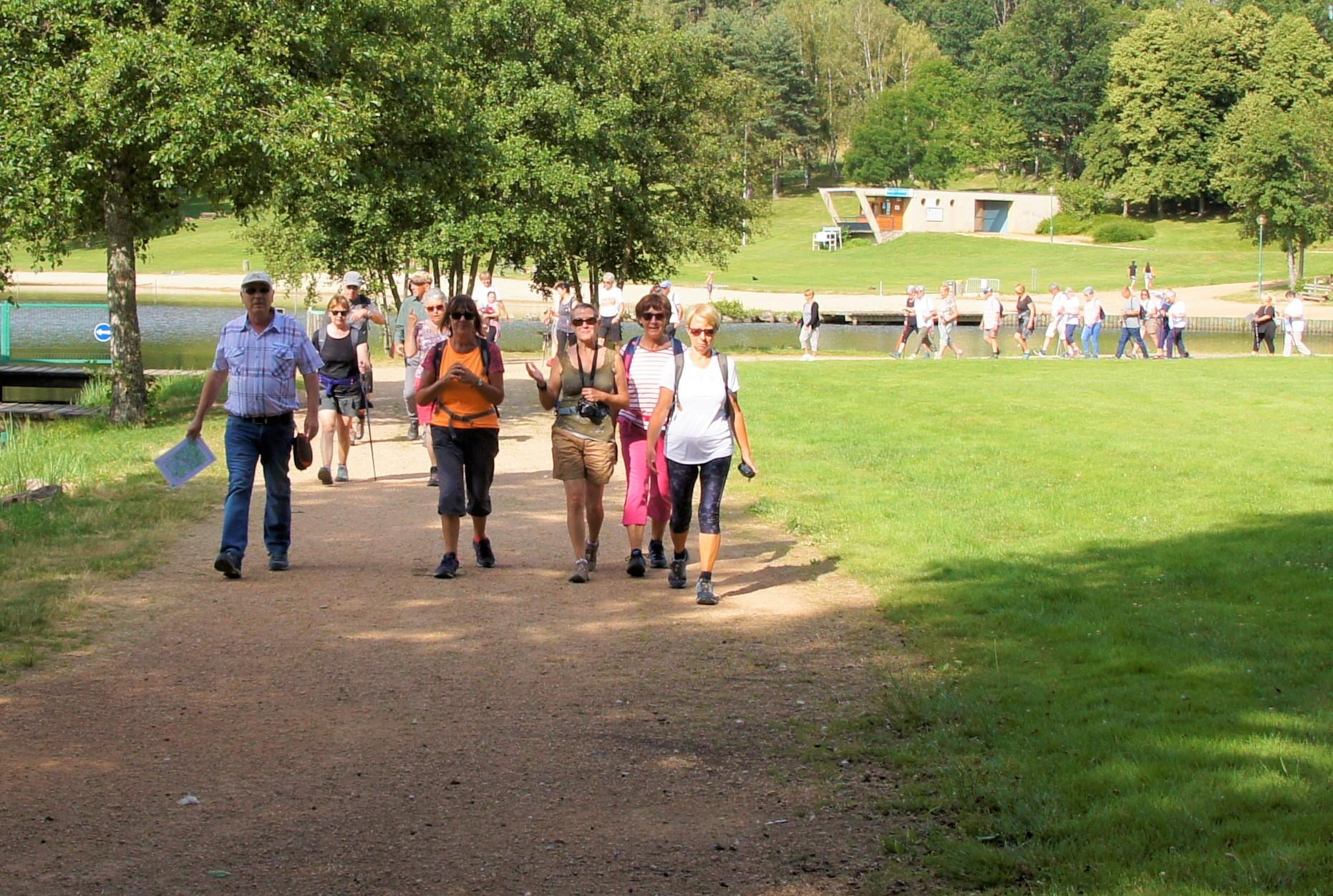 Départ de la marche au lac d'Aubusson d'Auvergne