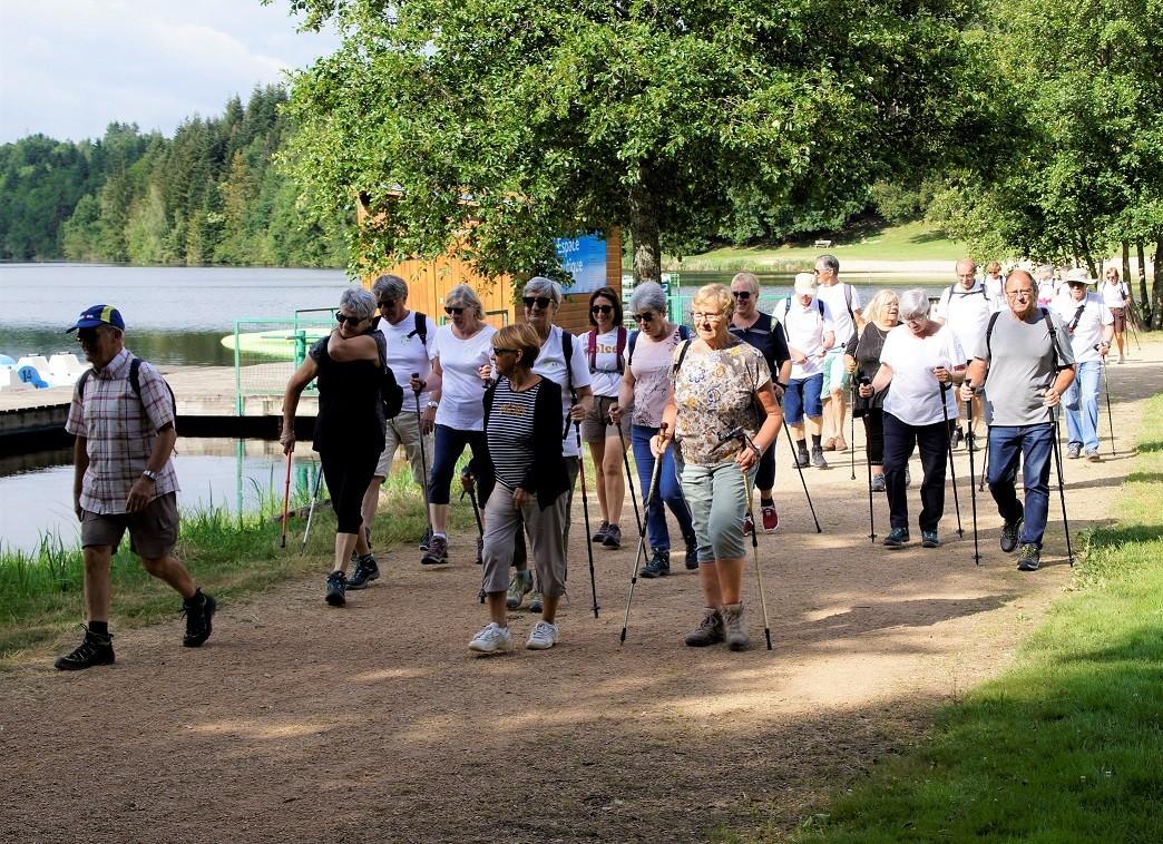 Marcheurs au lac d'Aubusson d'Auvergne