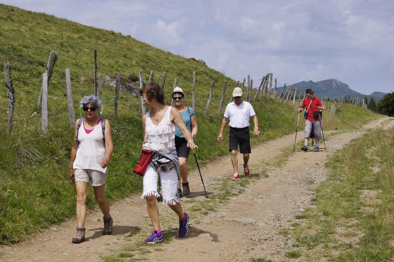 Marcheurs au lac pavin