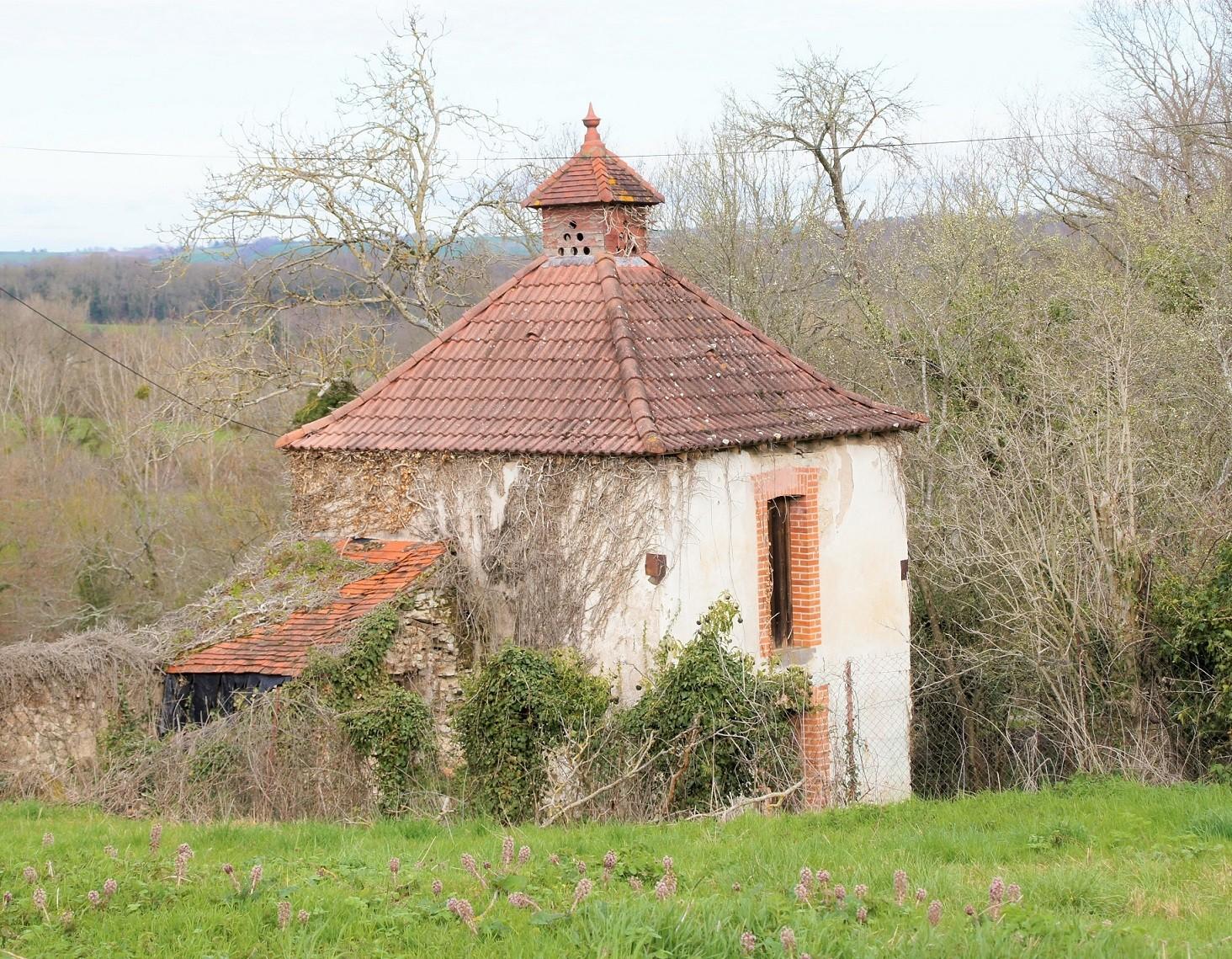 Pigeonnier sur les chemins de St Etienne de Vicq
